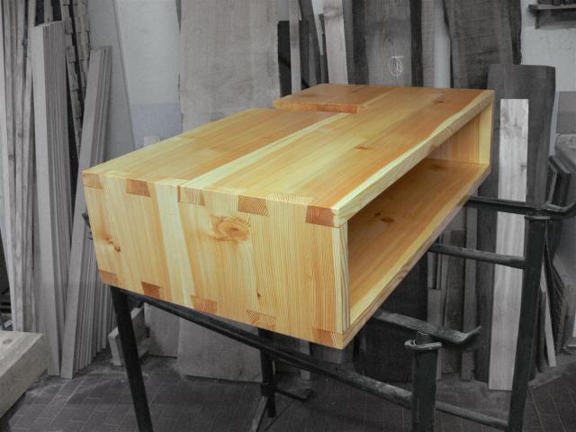 Mobile porta-lavandino, in larice massello, code di rondini a vista. 100x55x h24 cm